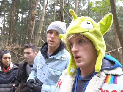 O youtuber Logan Paul (à direita) com três amigos na floresta Aokigahara no Japão