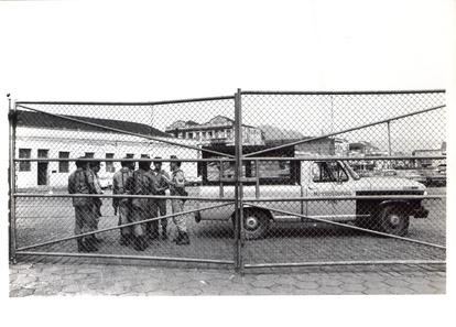 Fuzileiros na área portuária durante greve em 1980.