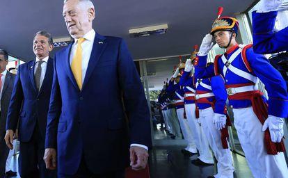 O ministro da Defesa brasileiro, Joaquim Silva e Luna (esquerda), e o secretário da Defesa dos EUA, James Mattis, em Brasília.