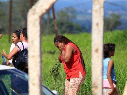 Familiares de presos se desesperam após rebelião em Goiás.