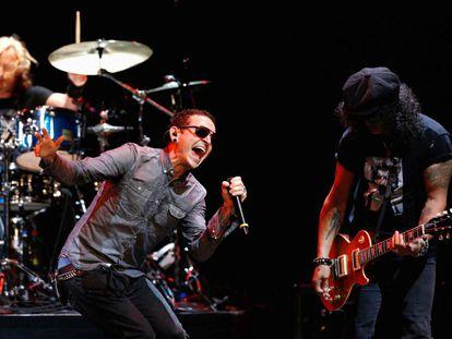 Chester Bennington e o guitarrista Slash durante um show em Los Angeles, Califórnia, em 30 de maio de 2013.