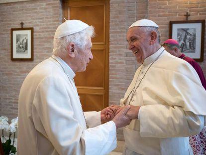 O papa emérito Bento XVI e o papa Francisco se cumprimentam no Vaticano, em uma imagem de novembro de 2016.