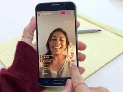 Uma adolescente consulta uma publicação em seu telefone.