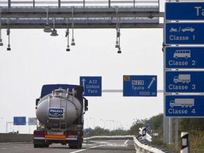 Um caminhão-tanque circula sob um dos arcos de identificação para o pagamento de pedágio, na rodovia A -22.