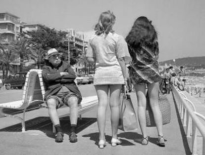 Mulheres de minissaias passeiam por Nice nos anos sessenta.