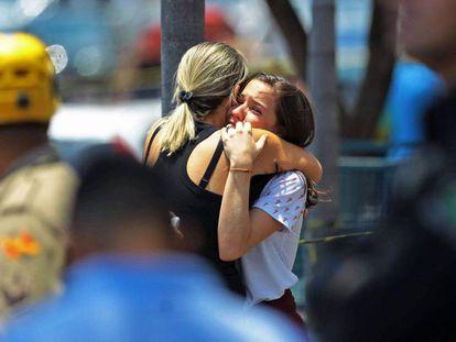 Estudante do Colégio Goyases abraça a mãe após colega atirar em alunos em Goiânia