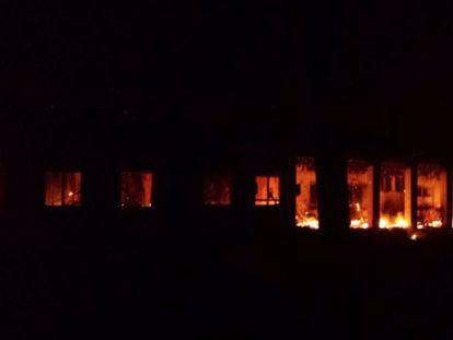 Incêndio no centro de Kunduz depois do bombardeio.