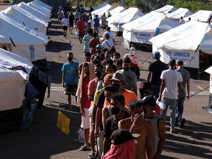 Migrantes venezuelanos aguardam em um centro de atendimento do ACNUR na fronteira da Colômbia com a Venezuela.