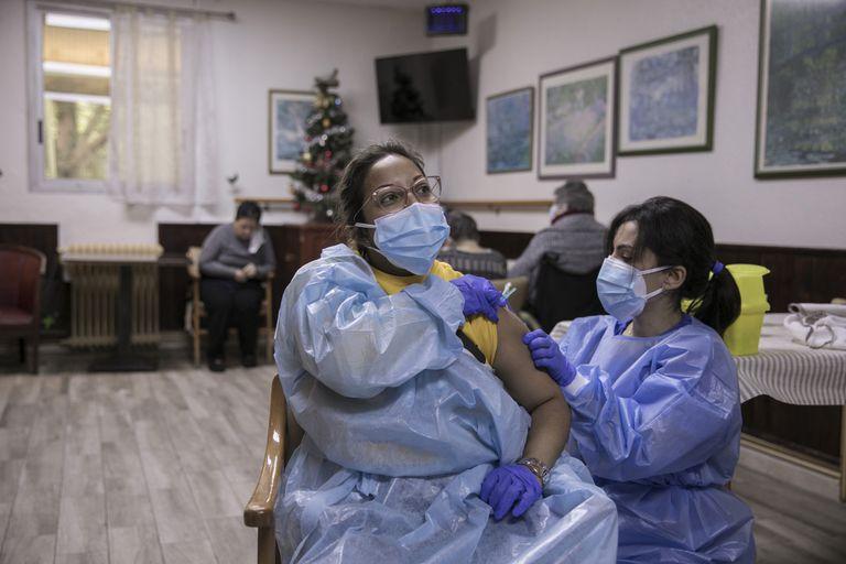 Vacinação contra a covid-19 em moradores de um asilo de idosos em Polinyà, na Catalunha, nesta quinta-feira.