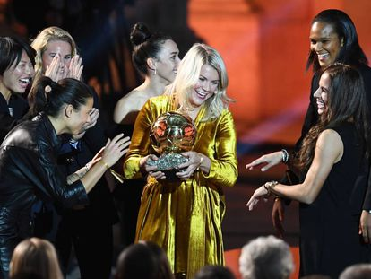 Ada Hegerberg recebendo a Bola de Ouro em Paris.