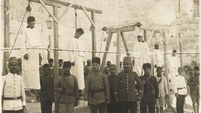 Soldados turcos posam depois do enforcamento de vários armênios em 1915 em Aleppo, na Síria.