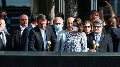 A comitiva brasileira visita o memorial do 11 de Setembro, em Nova York, nesta terça-feira. O ministro Queiroga aparece de máscara ao lado do presidente Jair Bolsonaro.