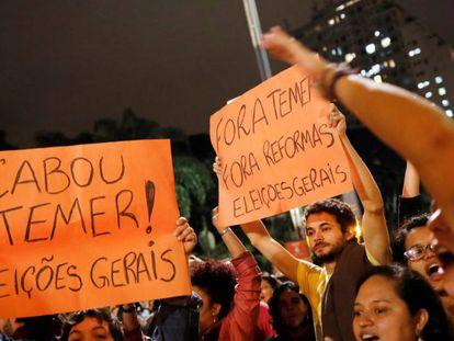Em São Paulo, manifestantes pedem eleições diretas em protesto contra Michel Temer, na noite de quarta-feira, na avenida Paulista.