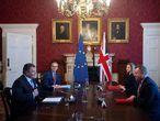 El ministro británico del Brexit, David Frost (izq.) durante la reunión con  el vicepresidente de la Comisión Europea, Maros Sefcovic, en Londres, el pasado 9 de junio