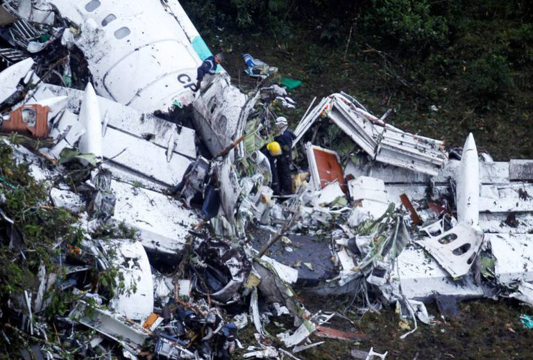 Trabalhadores de resgate no interior do avião acidentado.