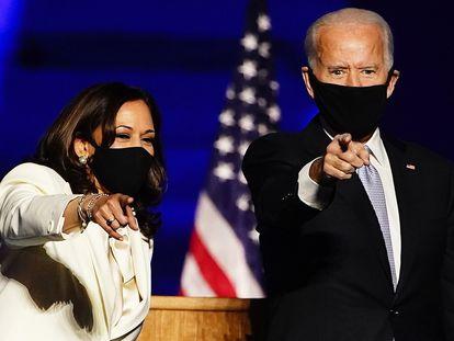 Kamala Harris e Joe Biden, em seu discurso como nova equipe presidencial eleita, no sábado.