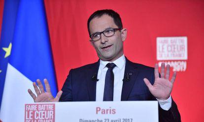 O candidato socialista Benoît Hamon faz um discurso em Paris após reconhecer sua derrota.
