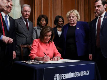 A presidenta da Câmara de Representantes, Nancy Pelosi, assina os documentos do julgamento político nesta quarta-feira.