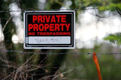 """Placa colocada na fachada da casa dos duques de Sussex, no Canadá, em que se pode ler: """"Propriedade particular. Não entre, obrigado""""."""