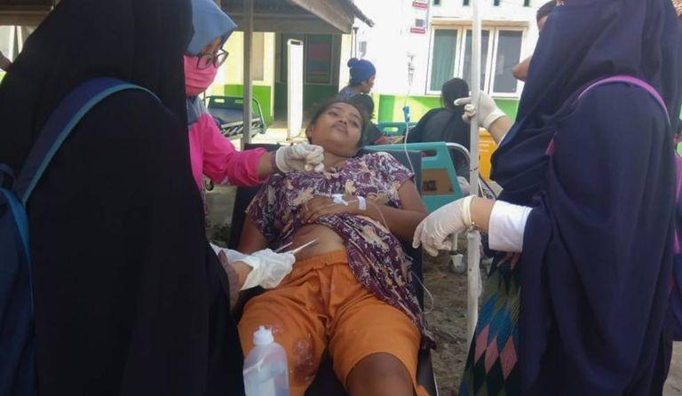Paciente é atendida após um dos terremotos da Indonésia.
