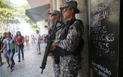 Policiais em Copacabana, zona sul do Rio.