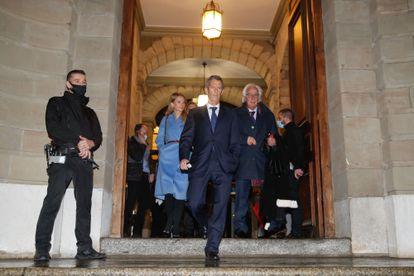 O empresário Beny Steinmetz (ao centro) ao deixar o Tribunal que o condenou, em Genebra, em 22 de janeiro, acompanhado de seus advogados.
