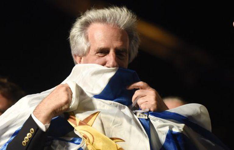 Tabaré Vazquez comemora ao fim da eleição.
