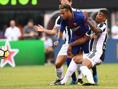 Neymar, entre dois rivais num lance do jogo em Nova Jersey.