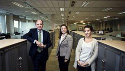 Ramón Castresana, diretor de recursos humanos, e as funcionárias Paz Montes e Teresa Roch.