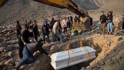 Enterro de uma mulher que morreu de covid em um cemitério em Lima, Peru, em 25 de agosto.