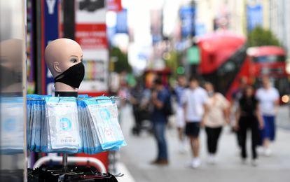 Venda de máscaras no centro de Londres.