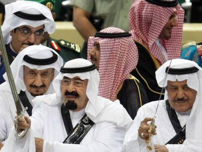O rei Abdullah, à esquerda, e seu irmão Nayef, seguram suas espadas em uma festa tradicional em 2010.