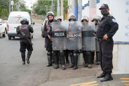 Um grupo de policiais protege as instalações do Ministério Público em Manágua, Nicarágua, em 8 de junho.