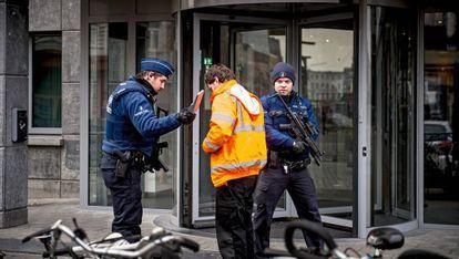 Polícia registra um visitante na porta da delegacia.