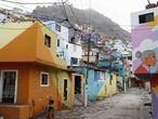 ACOMPAÑA CRÓNICA: PERÚ ARTE - AME9853. LIMA (PERÚ), 20/08/2021.- Fotografía de una calle de la barriada del cerro San Cristóbal, el 18 de Agosto de 2021, en Lima (Perú). En medio del omnipresente gris que envuelve Lima en su húmedo invierno, una explosión de alegres colores se extiende hoy por el místico cerro San Cristóbal, cuya barriada es ahora un descomunal y gigantesco lienzo de 320.000 metros cuadrados para el mural urbano más grande de Latinoamérica. EFE/ Paolo Aguilar