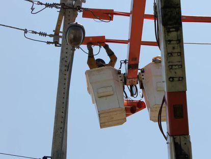 Trabalhador faz a manutenção da rede elétrica em Teresina.