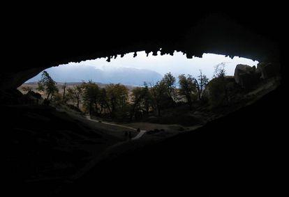 Cavernas patagônicas guardam provas de que humanos caçaram exemplares da megafauna, como o milodonte.
