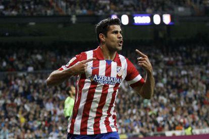 Diego Costa comemora gol com a camisa do Atlético.