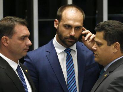 Flávio e Eduardo Bolsonaro em conversa com Davi Alcolumbre, o presidente do Senado.