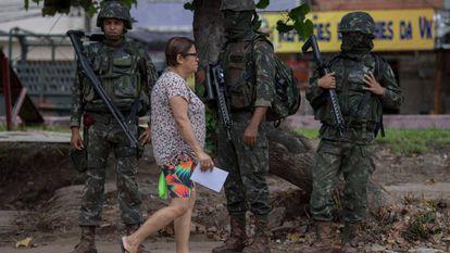 Soldados patrulham favela Vila Kennedy, no Rio, na última sexta.