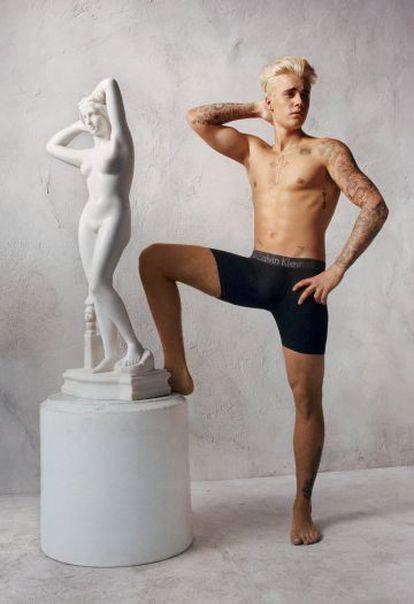 Justin Bieber posa para a campanha publicitária da Calvin Klein.