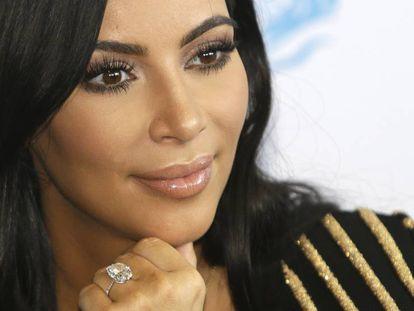 Homens armados levam joias avaliadas em 36 milhões de reais de Kim Kardashian em Paris