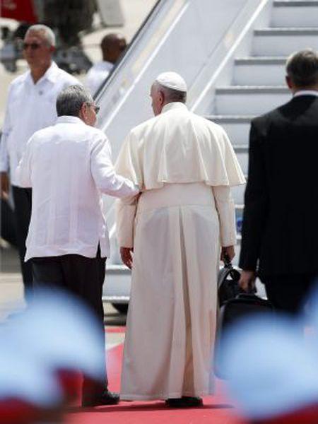 Francisco se despede do presidente Raúl Castro.
