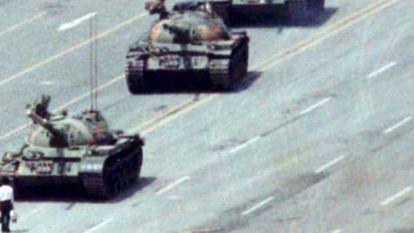 Um manifestante enfrenta os tanques na praça Tiananmen em junho de 1989.