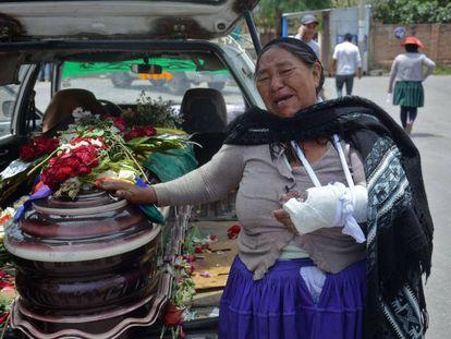 Mãe chora ao lado do caixão do filho morto pela polícia durante protestos pró-Evo Morales em Sacaba, Cochabamba.
