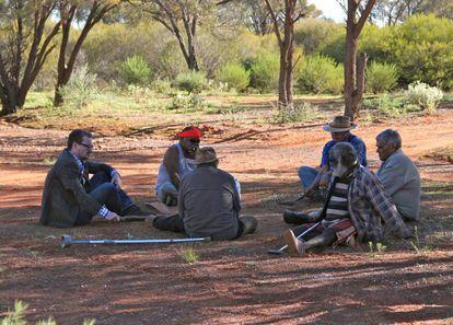 O professor Eske Willerslev fala com idosos aborígenes no sudoeste da Austrália.