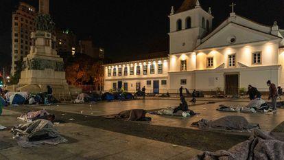 Moradores de rua dormem no chão do Pátio do Colégio, centro de São Paulo, na última quinta-feira.