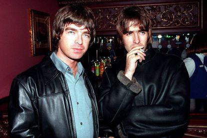 Noel e Liam Gallagher fotografados em Londres em 1995.
