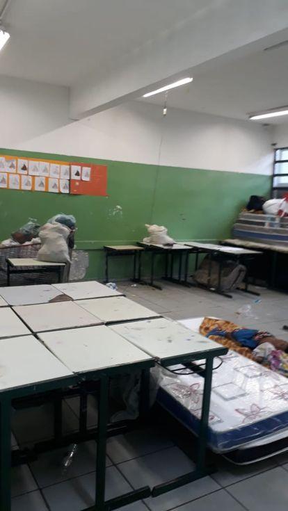 Área interna da escola estadual Heckel Tavares, onde os desabrigados dormem.