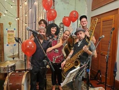 A banda de música Bon bon Vivant, que desde a pandemia faz shows em sua casa e os transmite ao vivo nas redes sociais.